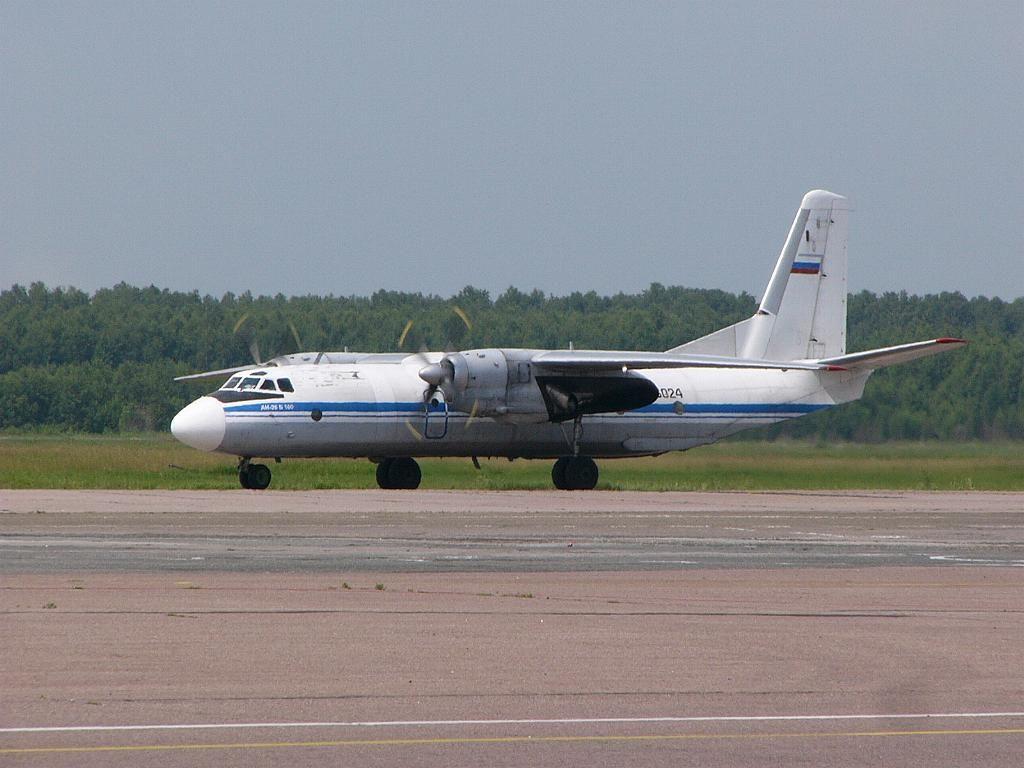 Ан-26Б-100 26024 14июл06.jpg