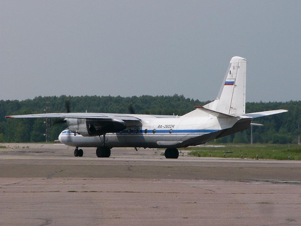 Ан-26Б-100 26024 2-4 14июл06.jpg